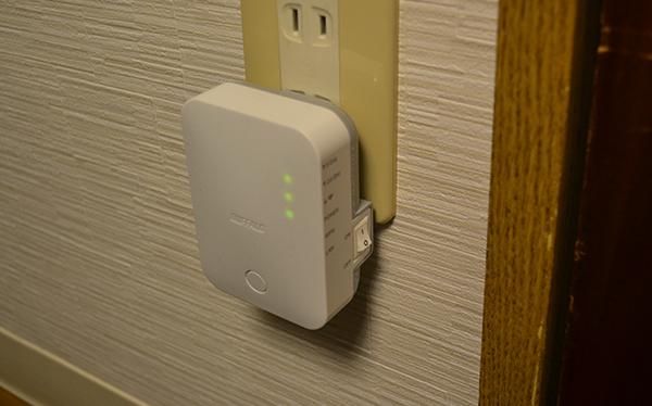 無線LAN中継器をコンセントに差した様子