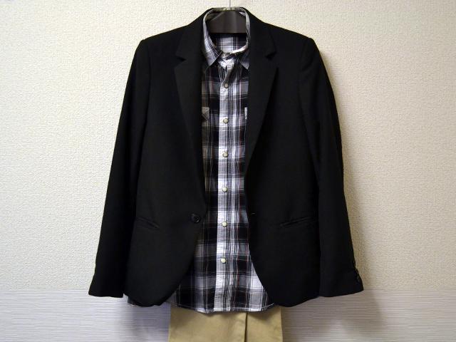 黒テーラードジャケットとチェックシャツのコーディネート