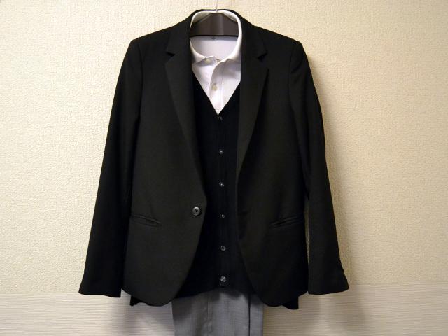 黒テーラードジャケットと黒カーディガンと白ポロシャツのコーディネート