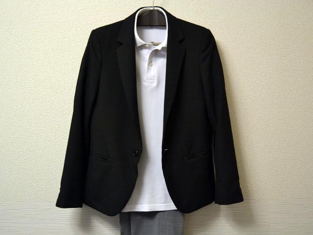 黒テーラードジャケットと白ポロシャツのコーディネート