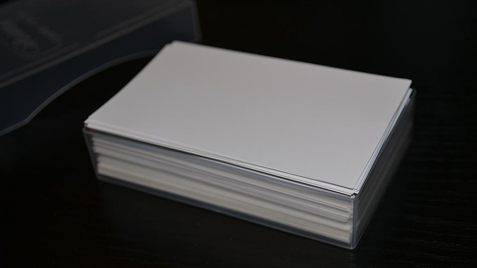 名刺ケース(JM-1027C)に名刺100枚を入れた様子