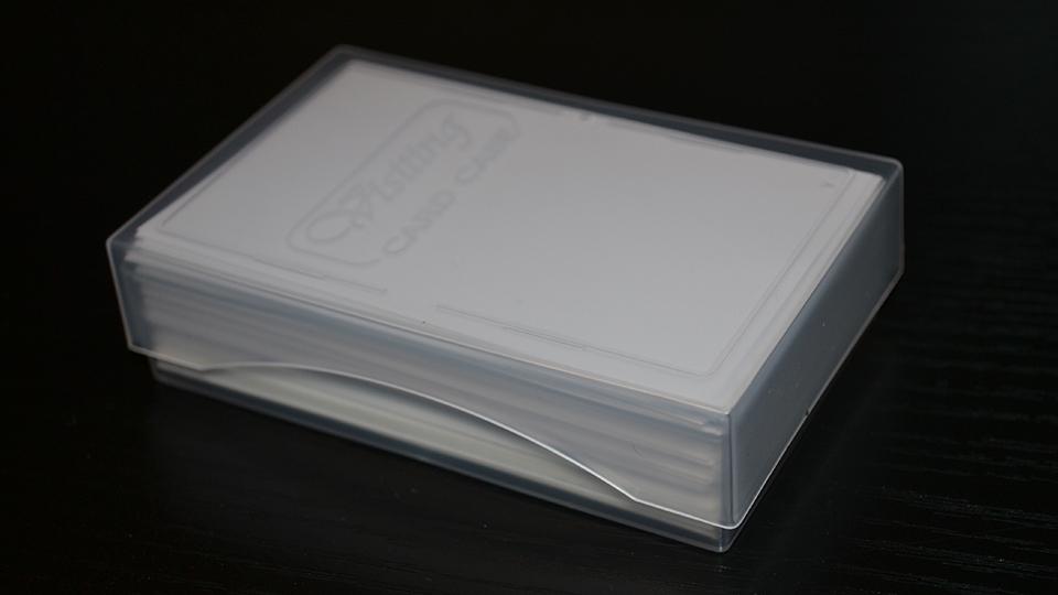 名刺ケース(JM-1027C)に名刺100枚を入れてフタをした様子