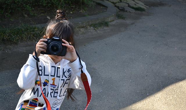 一眼レフカメラを構える子供