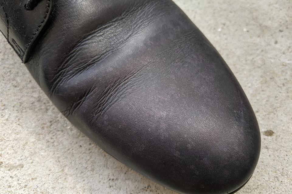 白い斑点がついた革靴