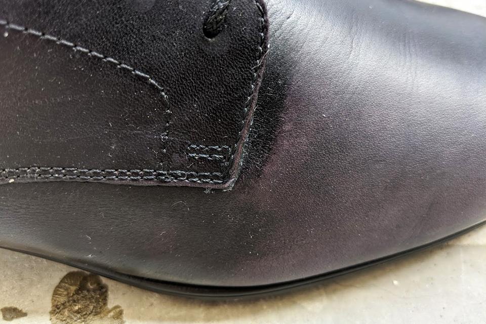 濡れたタオルで拭いて真っ白になった革靴