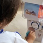 バンダイのミニガチャガチャ『ガシャポンマシン』で遊ぶ二歳児