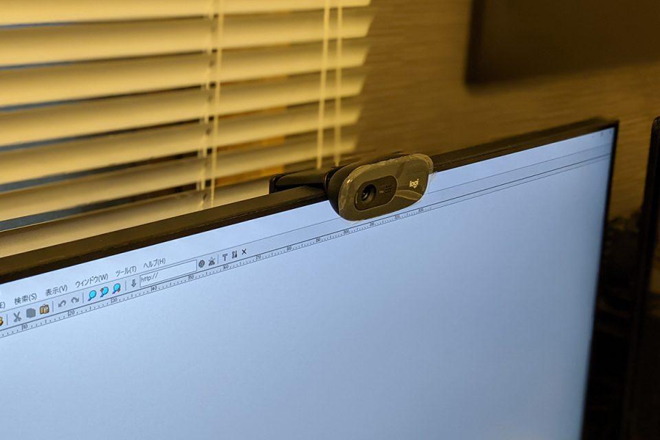 ウェブカメラを取付けたデスクトップパソコン