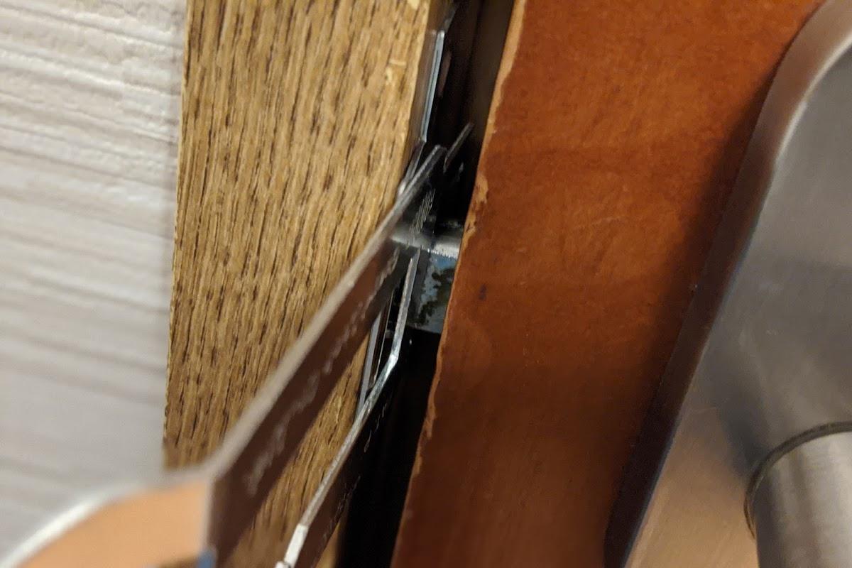 プレートを挟み込むドア
