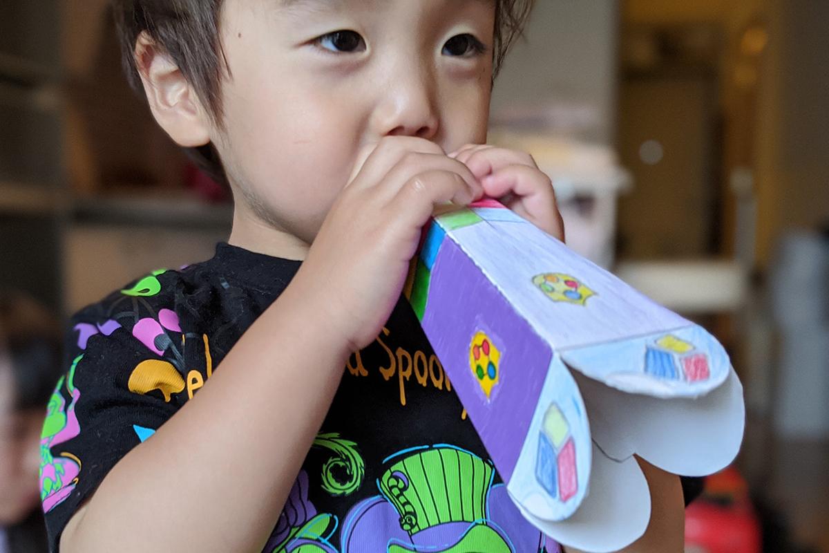 自作したしまじろうのメガホンを手に持って喜ぶ子供