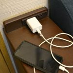 スマホの充電器がでかすぎて、机の上が狭くなってしまった様子