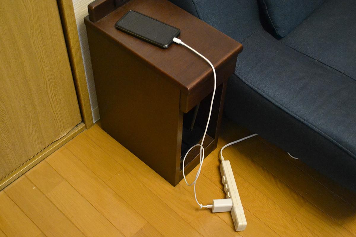 スマホの充電ケーブルからテーブルの下からびよーんと伸びている