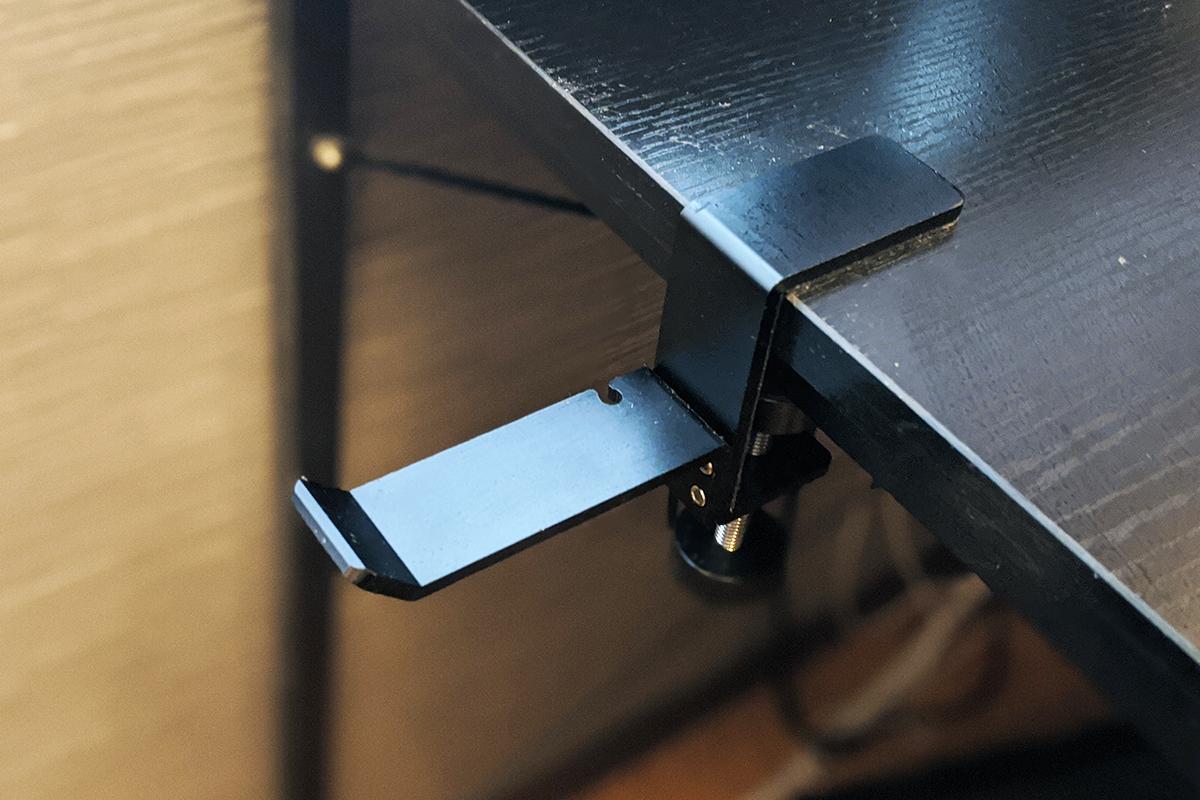 パソコンデスクに取り付けたHONHEDH ヘッドホンハンガー