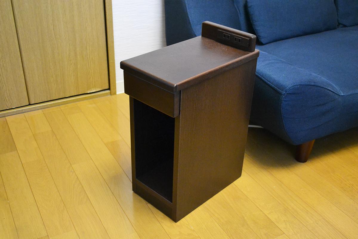 ソファーの横に置いたナイトテーブル(サイドテーブル)