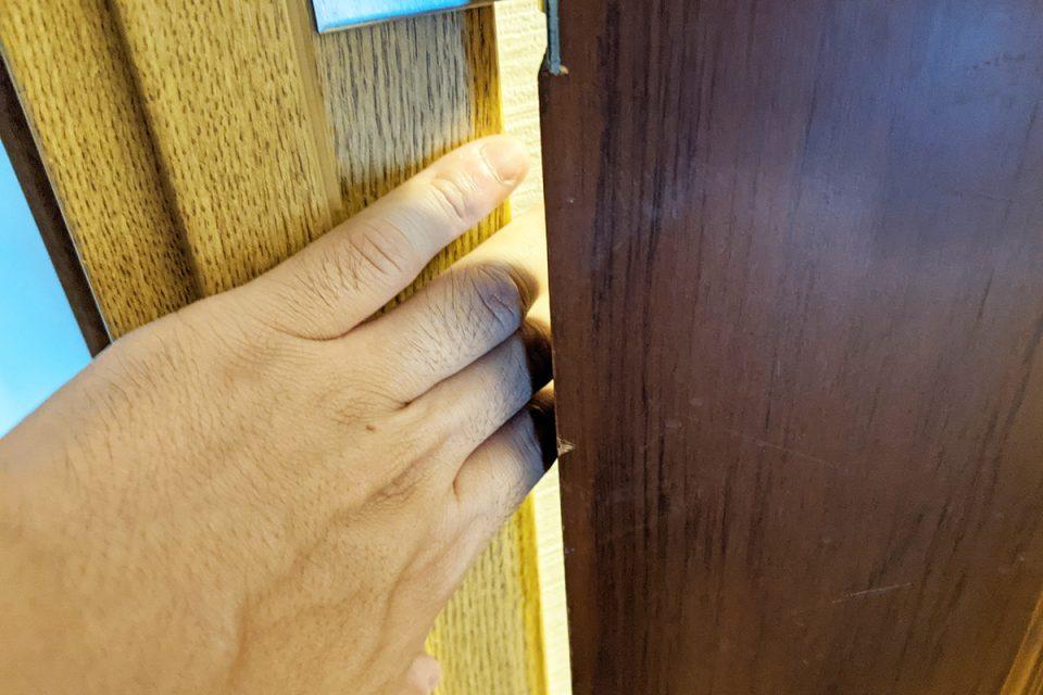 ドアの隙間に挟んだ指
