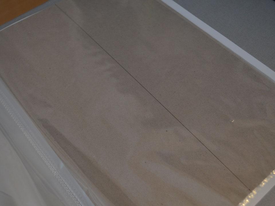 クリアフィルムの下に型紙を敷く