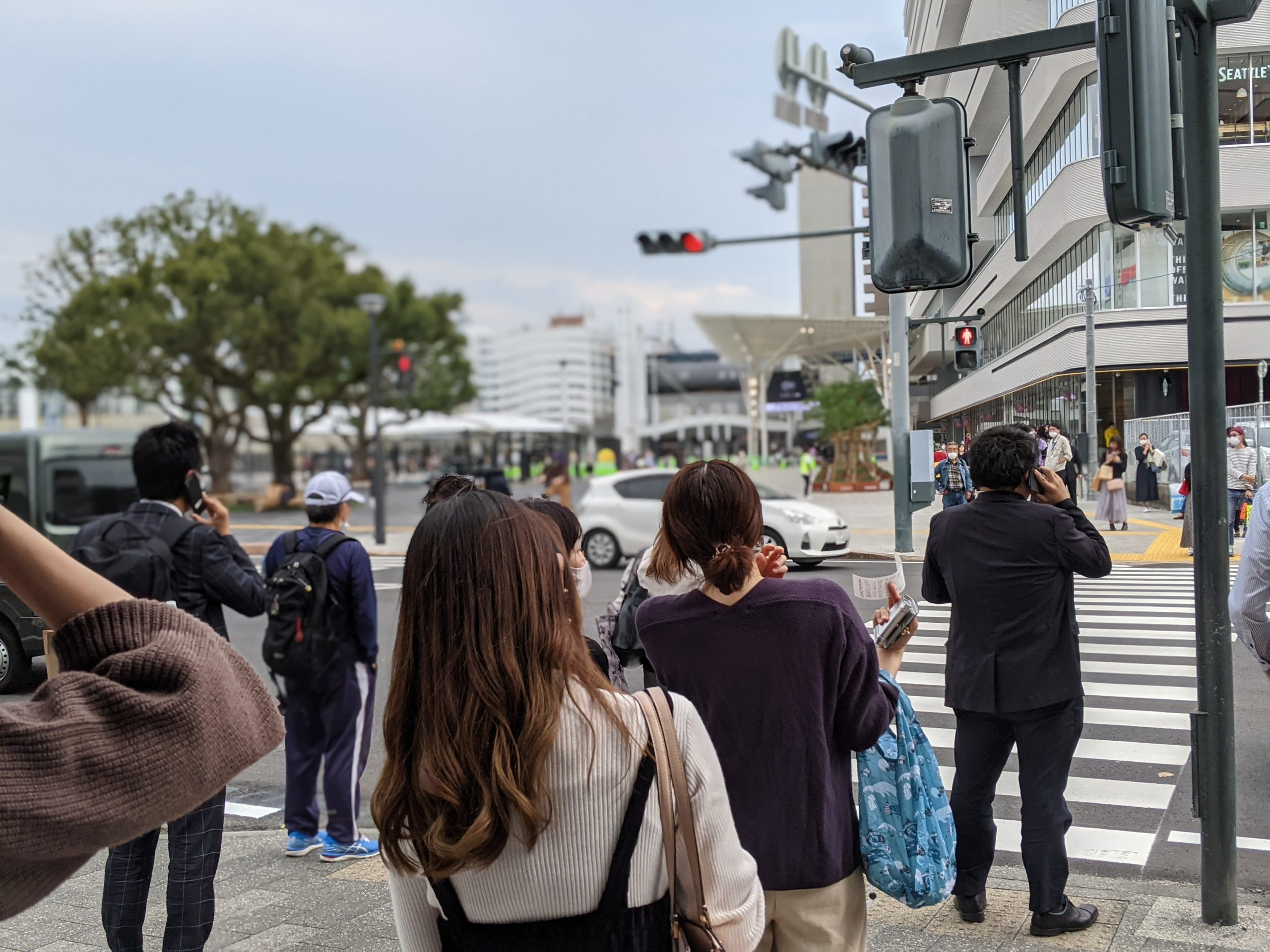 宮崎駅前の交差点に大勢の人