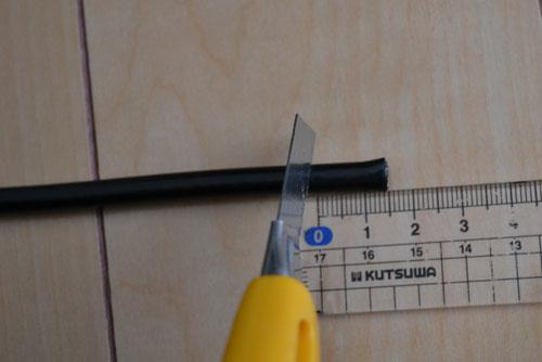 定規で15mm測ってカッターで被覆を剥く